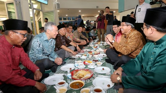 Prime Minister Lee Hsien Loong breaking fast with mosque congregants on Jun 6. (Photo: MUIS) ▼24Jun2017ChannelNewsAsia|PM Lee sends Hari Raya greetings http://www.channelnewsasia.com/news/singapore/pm-lee-sends-hari-raya-greetings-8973818