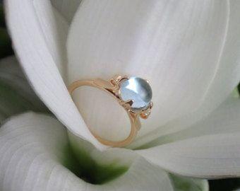 Onze oorspronkelijke auteursrechtelijk beschermd ontwerp, de Lotus ring functies uitsteeksels ouderwets als bloemblaadjes van een lotus blossom, een edelsteen binnen te houden. Het is een delicate, vrouwelijke setting met een vleugje magie. Normaal gesproken maken we deze ring in doorschijnende en doorzichtige natuurlijke edelsteen cabochons. Hier hebben we natuurlijke, top kwaliteit blauwe glans Maansteen, misschien wels werelds meest etherische edelsteen, om deze instelling te leven.  Deze…