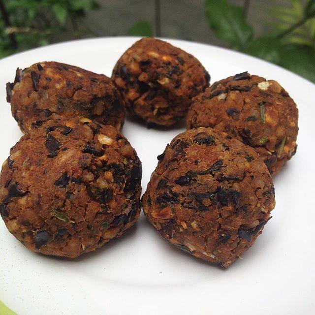 Almôndegas Assadas de Feijão! . ✅ Livres de Glúten ✅ Veganas  Acesse a minha página no FB e faça seu pedido de Almôndegas Congeladas!!! fb.com/vevarudeart  #almôndegas #feijao #vegan #veganfood #beans #healthy #alimentacaosaudavel #foodphoto #vivalaveva #instafood