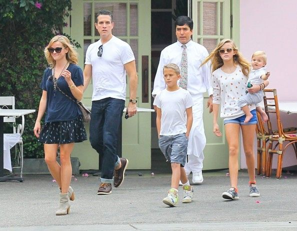 Deacon Phillippe Photos - Reese Witherspoon & Family Out For Lunch At The Ivy By The Shore - Zimbio
