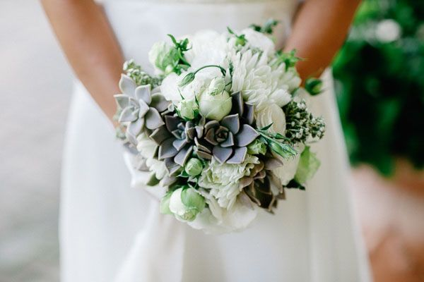 white and green bouquet with succulents | bouquet country bianco e verde con piante succulente