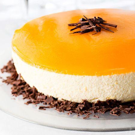 Raikas, vaniljainen mango–juustokakku sopi i juhlavan ateriankin jälkiruoaksi. Mangososekuorrutus antaa kakulle kauniin värin.