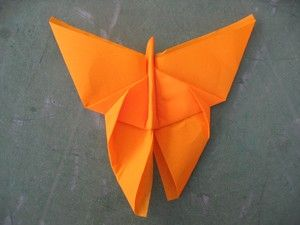 Tablescape ● Tutorial, butterfly napkin fold  I'll probably use Origami paper for the kids :)
