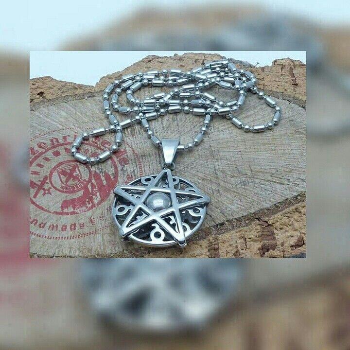Ein Dreh-Pentagram-Medallion aus Edelstahl gibt es bei www.muenzenringe.de