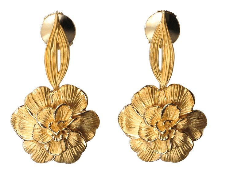 Gardenias earrings in yellow gold.  www.carreraycarrera.com