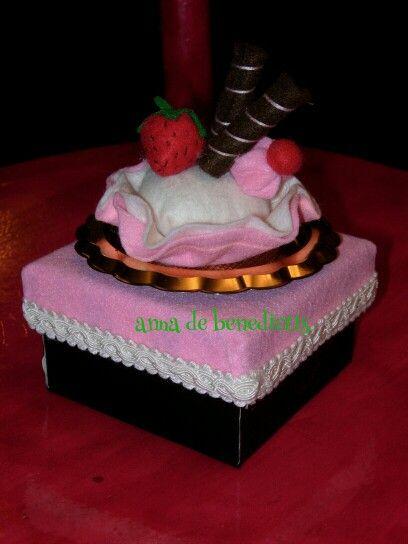 Felt cupcake gift box