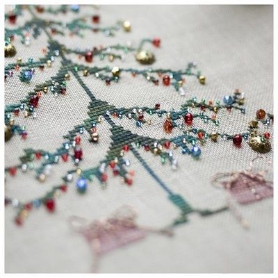 - nice reference for stocking detail. Christmas tree with ornaments of beads.The link is blocked, so this picture is it.