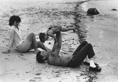 Pictures of the kennedy family | Kennedy Family on beach, Hyannis Port , 1959 (Caroline overhead).
