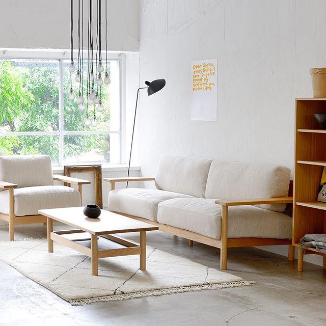 イデーのソファの中でも人気の高いDIMANCHE SOFA。たっぷりとフェザーが入ったクッションと深さ800mmの座面が、柔らかく身体を包み込みます。 サイズは幅930㎜の1人掛け、幅1900mmの2.5人掛けと幅2070mmの3人掛けから、張り地はお好みのファブリックもしくはフルグレインレザーからお選びいただけます。  #idee #interior #furniture #design #sofa #dimanchesofa #marinabautier #catalogue #イデー #インテリア #家具 #デザイン #ソファ