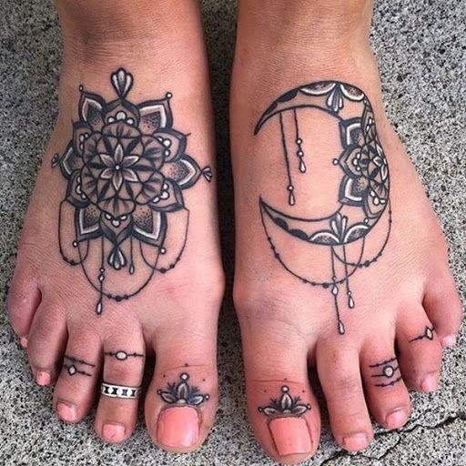 Estes preto, cinza, branco e tatuagens, retratado em o utente pés, mostrar uma mandala e a lua crescente com a mandala de elementos.