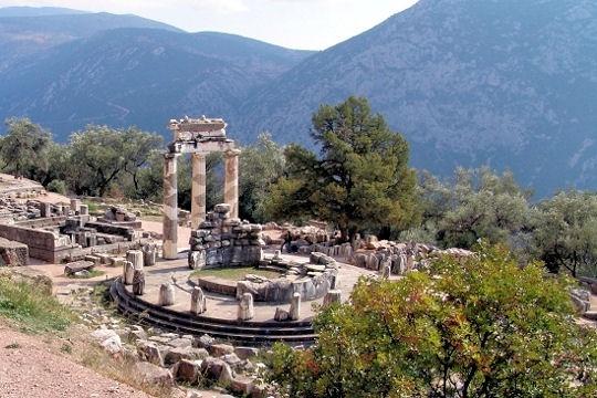 J'y suis allée, GRECE, Delphes Ce sanctuaire dédié à Apollon était sacré pour tous les Grecs. C'est là qu'on venait chercher les conseils de la Pythie, capable de transmettre la parole des dieux. Le nom de Delphes vient du mot dauphin, Apollon s'étant transformé en cet animal pour fonder le sanctuaire.