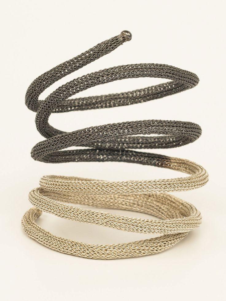 Опасная красота украшений, вдохновленных древним неоднозначным символом - змеей, никогда не выйдет из моды. Интерпретация Миленой этого мотива - плетеный крючком черно-белый браслет, который нежно обовьет вашу ручку сам.