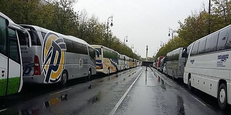 Ilyen buszokkal szállították az Orbán-rajongókat! + Fotók!