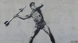Due nuovi graffiti sulle Olimpiadi 2012 che partiranno a breve sono comparsi sul sito del misterioso street artist Banksy. Ilprimo raffigura un atleta che lancia un missile mentre il secondo è impegnato nel salto con l'asta con un materasso posto a terra per il suo atterraggio. Non sono ancora