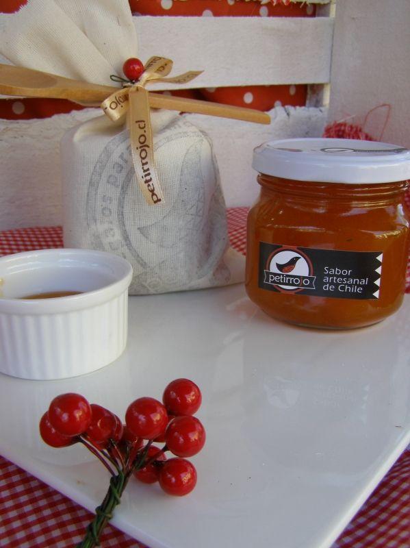 Nuestras tradicionales mermeladas ahora en una delicada bolsita de tela y con una cucharita de madera, lista para regalar.