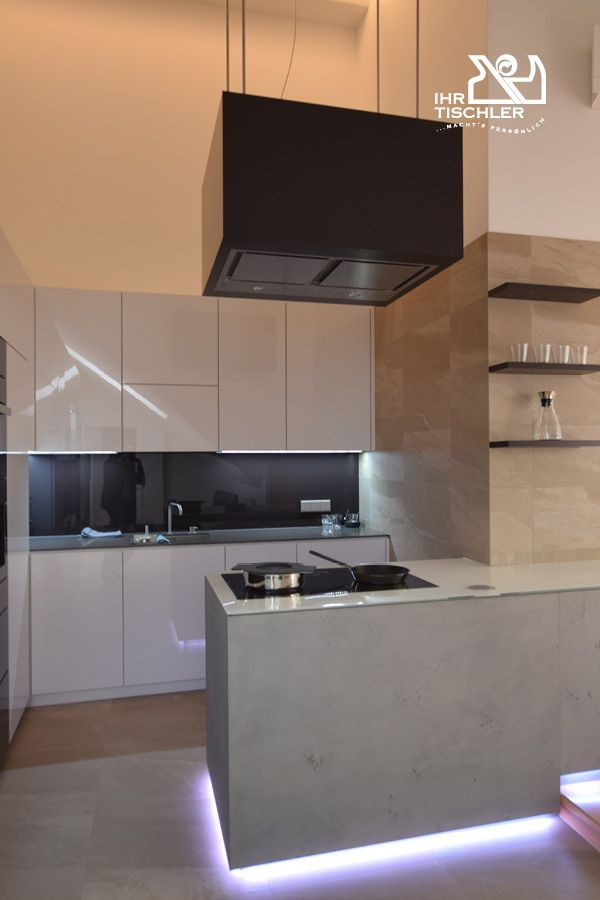 Attraktive Und Funktionelle Designerküche Mit Pflegeleichten Oberflächen.  Grifflose Ausführung Des Kühl  Und Des Gefrierschrankes