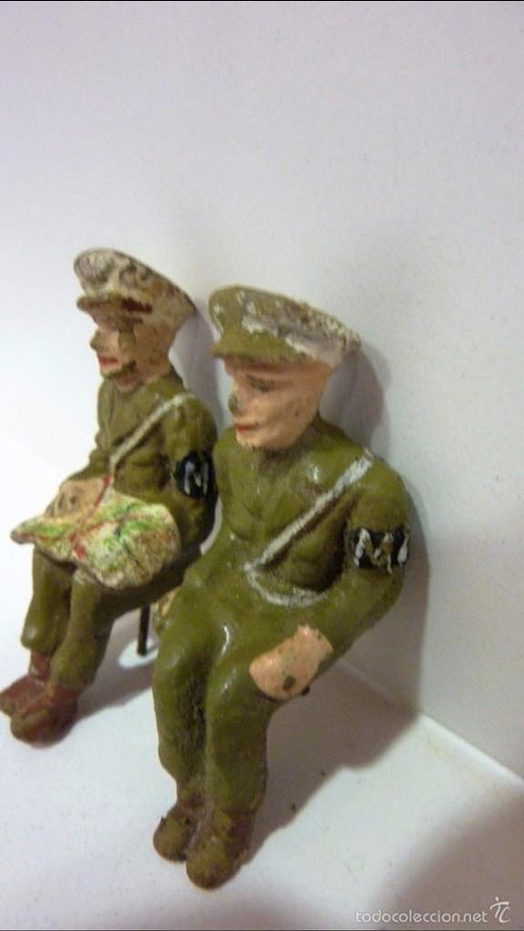 Juguetes Antiguos: lote 2 antiguos soldado soldados policia militar mp con mapa , barro terracota sentados 6 cm años 50 - Foto 2 - 56027247