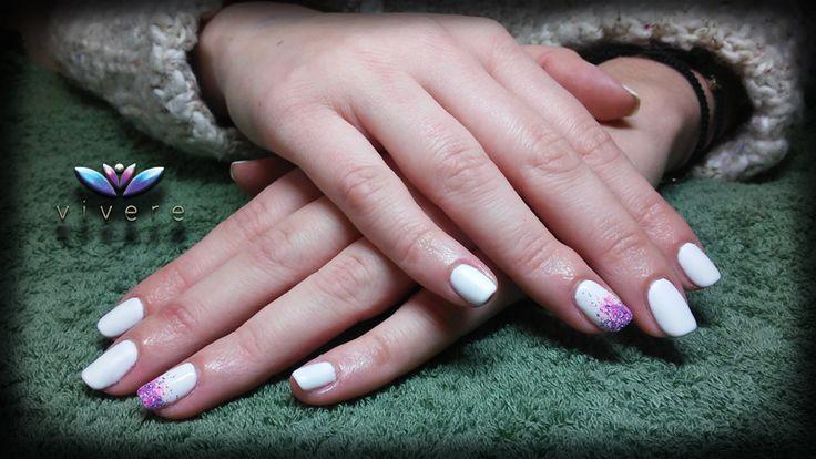 Επέκταση με φόρμα-τζελ και λευκό ημιμόνιμο ματ με ροζ και μοβ γκλίτερ. #gel #extension #nails #white #matte #semipermanent #manicure #vivere