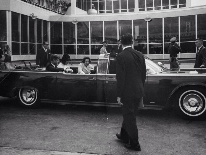 1963. 21 Novembre. By Billy CALZADA. President John F. Kennedy, first lady Jacqueline Kennedy and Nellie Connally, wife of Gov. John Connally, wait in the limo
