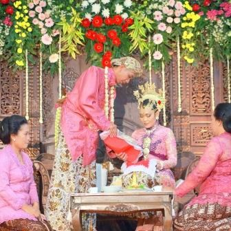 "Rias Pengantin & Busana gaya Yogyakarta merupakan simbol yang memiliki makna dan arti tersendiri, sehingga dibuat seindah dan seanggun mungkin. Di sinilah para tamu undangan akan memperhatikan ""penampilan"" mempelai terutama pada tata rias pengantin dan busananya"