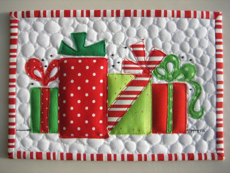 https://flic.kr/p/8SAvwu | Merry Christmas Mug Rug | An applique mug rug with (my first time doing) pebble quilting.