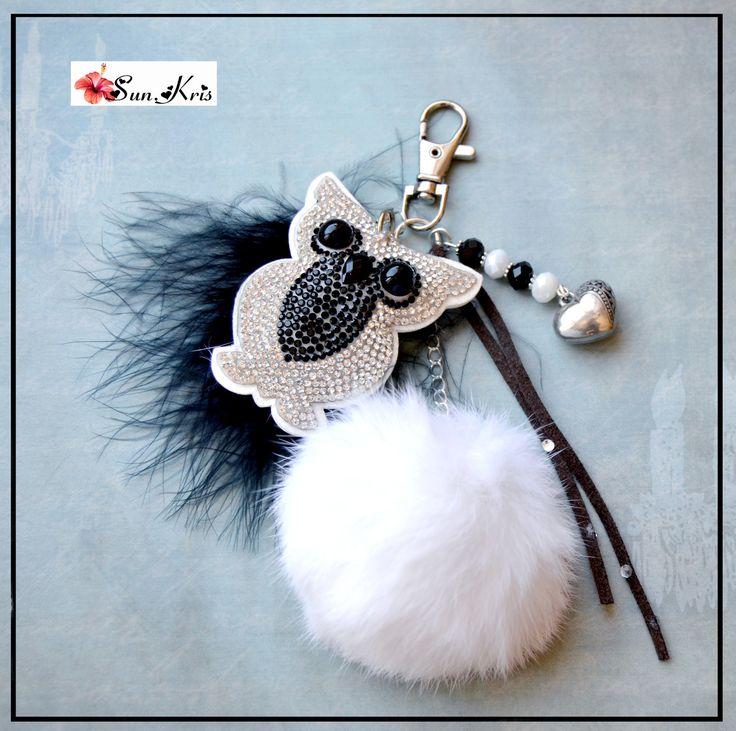 Bijou de sac hibou à strass, pompon fausse fourrure blanc et plume noire : Autres bijoux par sunkris