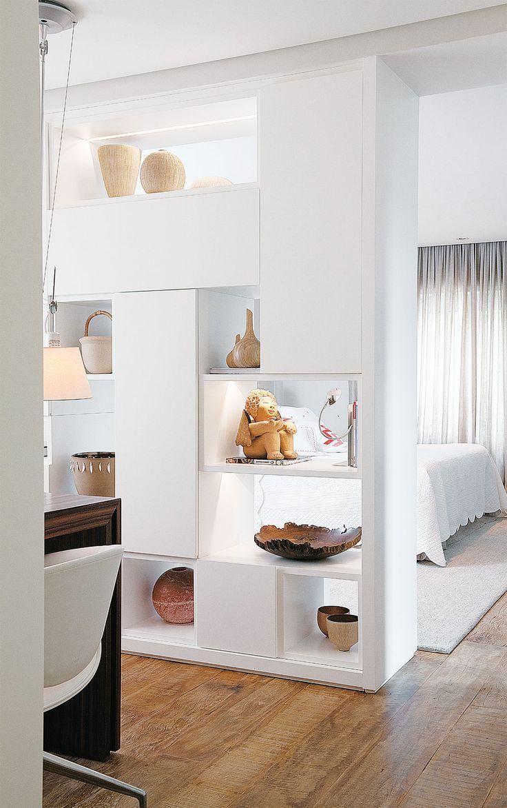 Armário branco com nichos para dividir o espaço do quarto