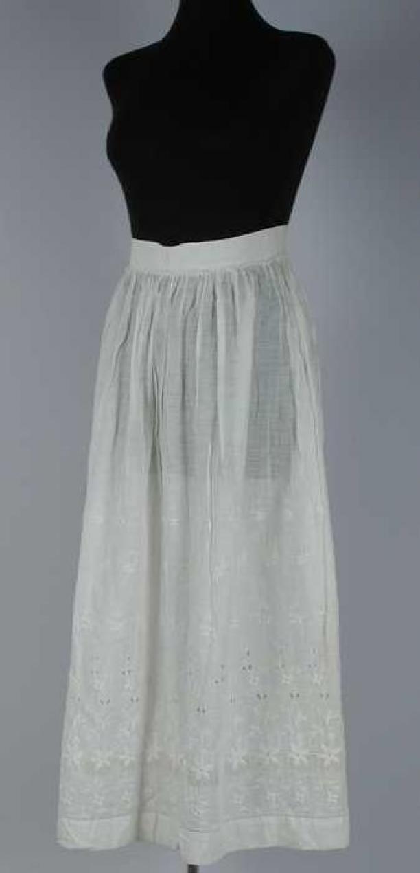 Enkellange soepele onderrok van wit mousseline met een brede rand witborduursel en sneewerk, aangerimpeld aan een brede linnen tailleband, haak- en oog sluiting | Modemuze