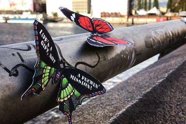 The Butterfly Effect - av Andreas Preis - Dette er kult. Sommerfugler med inspirerende ord festet rundt om i byen/nabolaget.