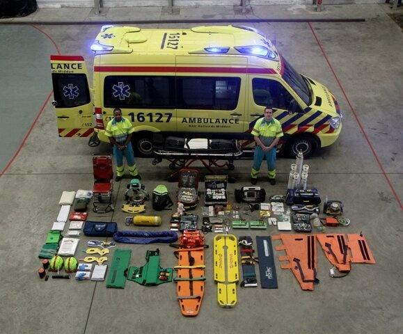 Foto van Dijk @Fotovandijk  De inhoud van een ambulance voor heel eventjes op straat... Ambulance 16-127 van de RAV Hollands Midden.