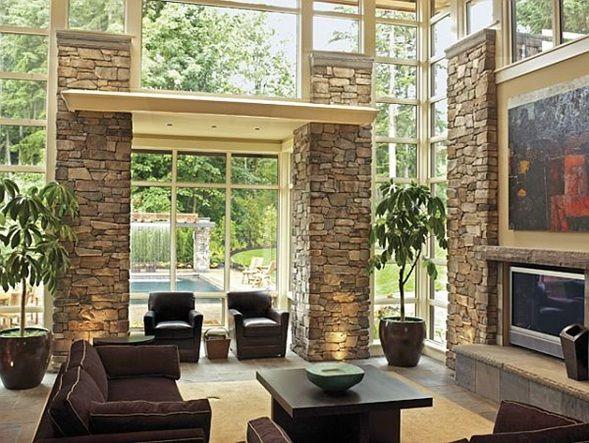 sala con piedra al interior y hacia el exterior