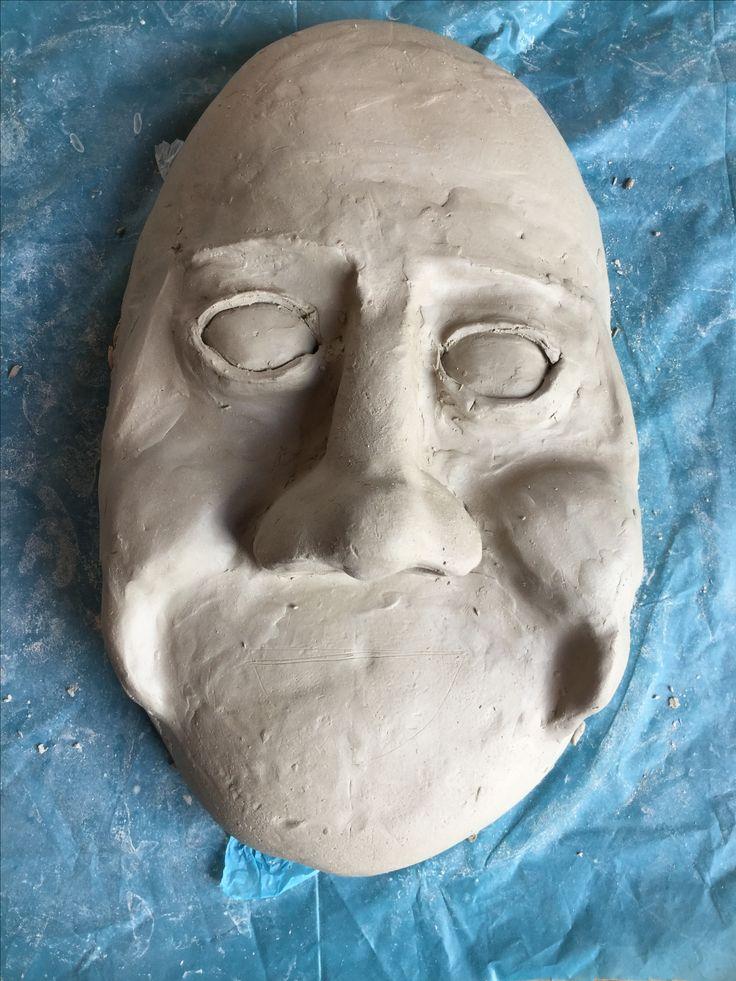 Dit is mijn masker tot nu toe. Hij is nog niet echt heel mooi maar het begin is er wel. De ogen, neus en de wangen zitten erop. Ik vind dat de wangen er al best goed uitzien en ik heb daarbij goed gekeken naar foto's van lachende gezichten, waarvan er ook een paar op mijn bord staan.