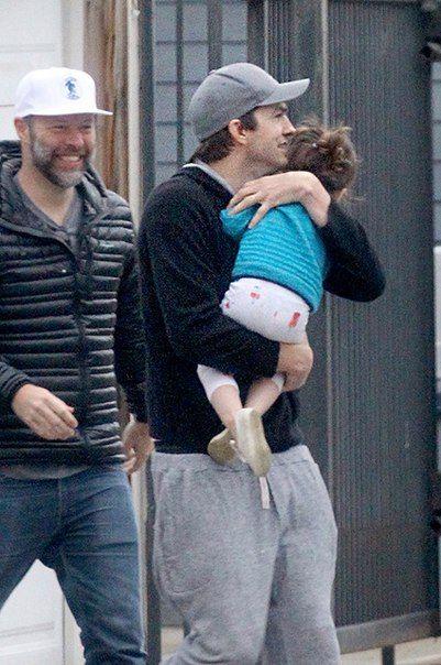 Мила Кунис и Эштон Кутчер с детьми в Лос-Анджелесе