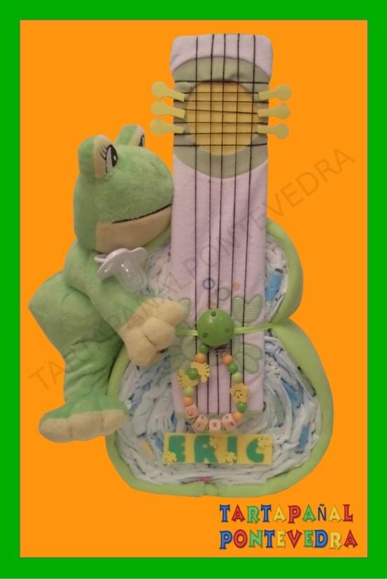 Simpática guitarra de pañales formada por: 30 pañales dodot un peluche una mantita un chupete una cadenita de madera para el chupete un babero