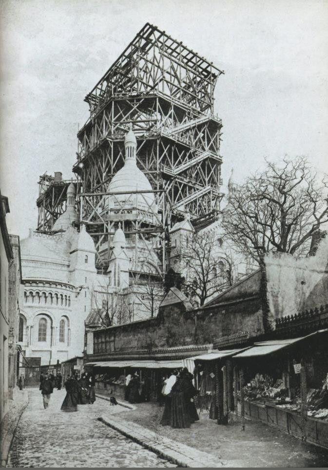 La rue du Chevalier-de-la-Barre vers 1898. A droite, les marchands de chapelets. Au fond, le Sacré-Coeur en cours d'achèvement...   (Paris 18ème)