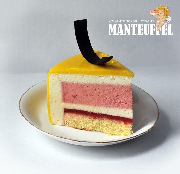 Торт с зеркальной глазурю и шоколадным декором, Лимонный бисквит, клубничное желе, клубничный и лимонный муссы.