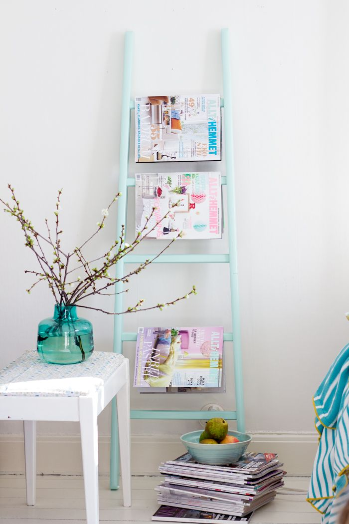 A great DIY idea to display your magazines ! Une super idée DIY: un porte-serviettes peint en mint et détourné en porte magazines !