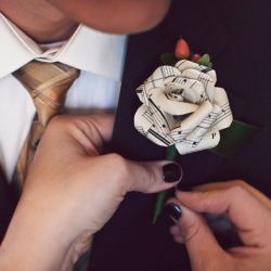 Sheet muisic makes a gorgeous addition to your wedding decor! (image via Green Wedding Shoes)