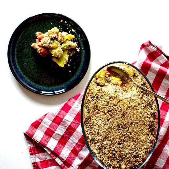 🌱🥗🍅🍆 Aujourd'hui sur le blog, un crumble de légumes aux noisettes et flocons d'avoine ! Bon ap'! #crumble #crumblesalé #veggie #vegan #veganfood #veggiefood #organic #bio #noisettes #vegetables #courgettes #tomates #floconsdavoine #oats