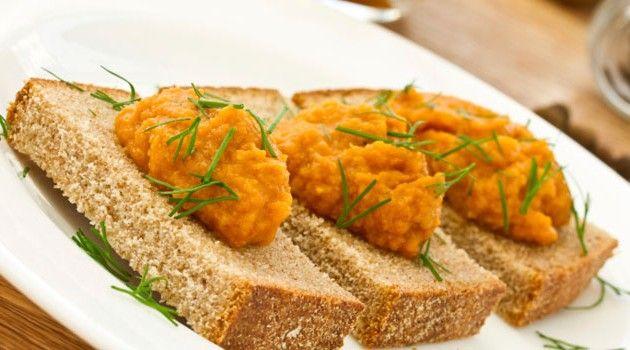 Delicioso paté de zanahorias, nueces y albahaca. Receta vegana para untar en pan integral, tostadas, como aperitivo o incluso como salsa para la pasta. #Paté_Vegano_de_Zanahorias #recetas #entrante #paté #zanahorias