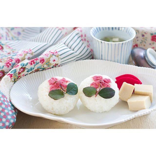【mint.tea.7】さんのInstagramをピンしています。 《春の香りの朝ごはん🍴  桜の塩むすび(優しく香りました🌸) 庭に出てきてくれたフキノトウと豆腐の味噌汁(とっても良い香りでした💕まだ一月ほど早いみたいなので、沢山出てきてくれたら天ぷらにしてみたいと思います。楽しみ~🎶) 高野豆腐  赤蕪梅酢漬  #朝ごはん#ワンプレート朝ごはん#おうちごはん#おうち#朝食#朝食プレート#今日の朝食#料理#料理写真#食べ物#たべもの#クッキングラム#デリスタグラマー#ルフォンゴハン#春#春を感じる#おにぎり#おにぎり🍙#桜#花#かわいい#可愛い#cherryblossom#flower#cooking#homemade》