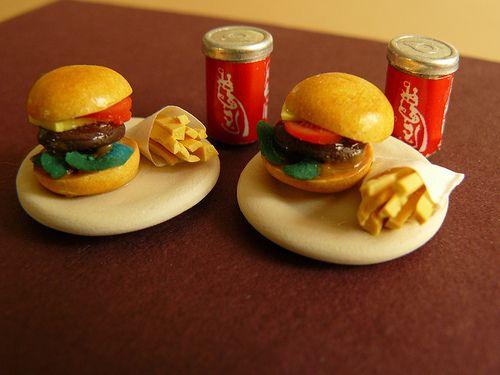Miniature hamburgers handmade by Nallemama. 1:12.