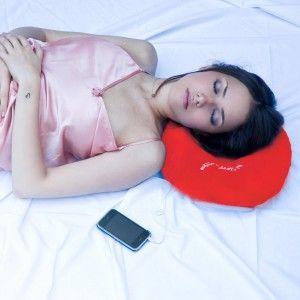 Ceux qui aiment faire la sieste sont forcément amateurs de petits coussins de repos. Alors, quand il s'agit d'un coussin musical cela ne peut être que mieux ! Le coussin musical hi-Sleep, avec ses haut-parleurs intégrés et sa surface douce ne peut que faire des heureux ! Adapté à tous les mp3, iPhone, iPod et presque tous les téléphones, offrez l'indispensable des siestes ! Une idée de cadeau tout doux !