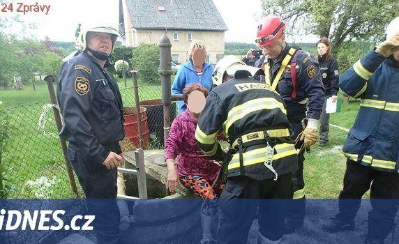 Žena spadla do studny, když zachraňovala psa. Vytáhli ji hasiči