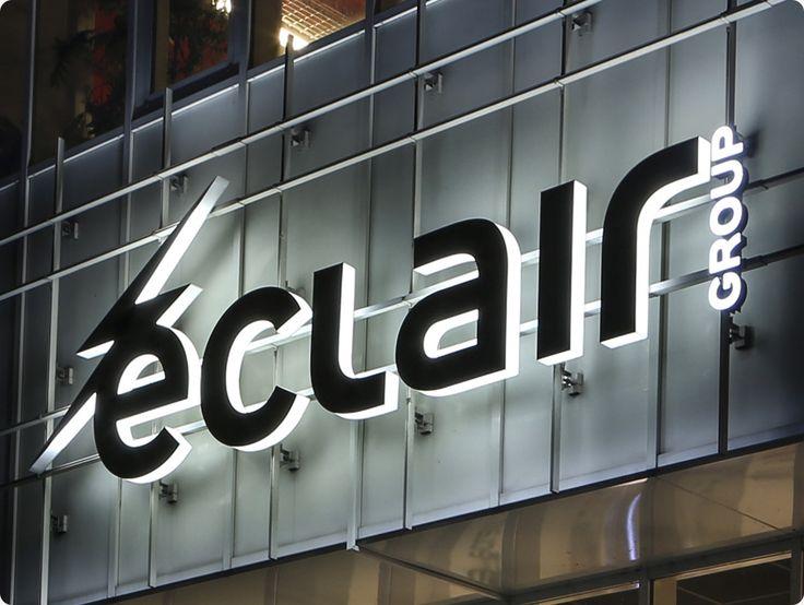Tubes néons et LED éclairant l'enseigne Eclair Group