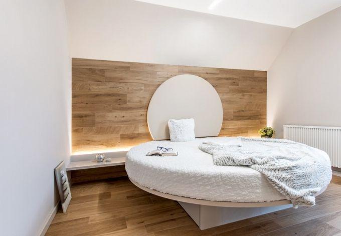Dlažba s dekorem imitace dřeva byla využita i na méně typické plochy, architekt ji použil například také na stěnu za postel. Má to svůj estetický, ale i praktický důvod. V bytě je částečně vlhký provoz