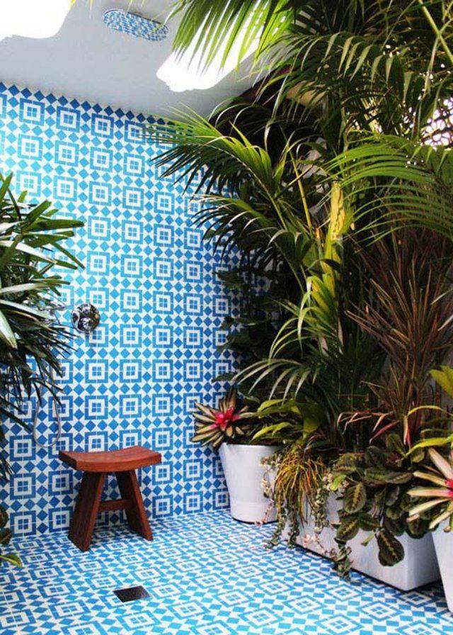 """Vous non plus vous n'avez pas résisté à cette folie végétale? La tendance """"jungle"""" envahit nos intérieurs pour se sentir en pleine nature même en vivant dans un petit appartement ou dans une ville peu verdurée. On vous donne 7 idées pour créer une jungle dans votre maison."""