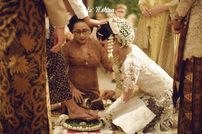 Traditional wedding ceremony | A Glamorously Elegant Javanese And Minang Wedding | http://www.bridestory.com/blog/a-glamorously-elegant-javanese-and-minang-wedding