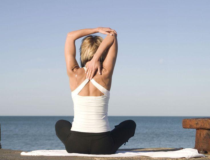 Vous avez souvent mal au dos ? Retrouvez 3 exercices de gym du coach Christophe Ruelle pour tonifier et étirer vos muscles dorsaux afin que vos courbatures ne soient plus qu'un mauvais souvenir.