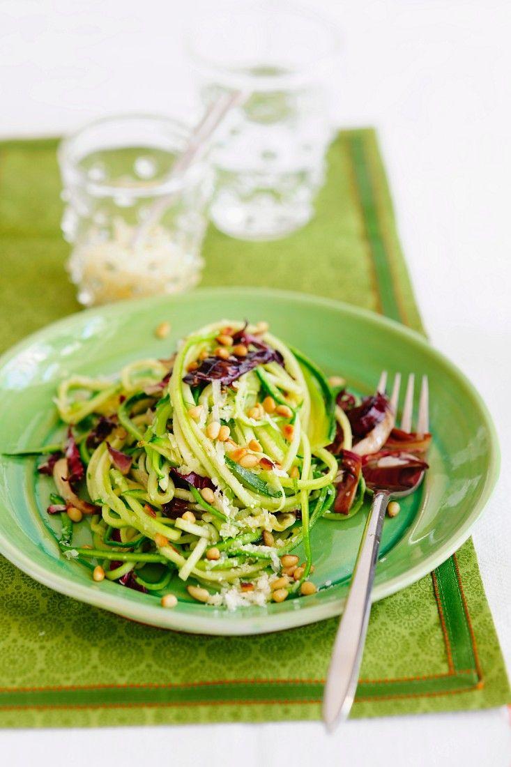 Frisch gezoodelt: Zucchini-Nudeln mit Radicchio, Pinienkernen und Knoblauch |  Zeit: 30 Min. | http://eatsmarter.de/rezepte/zucchini-nudeln-1